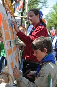 Samen met Explorers begeleider Dennis spijkergraffiti maken