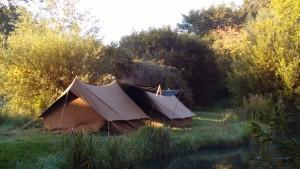 Bij de ochtendgloren de dauw die van de tenten afkomt